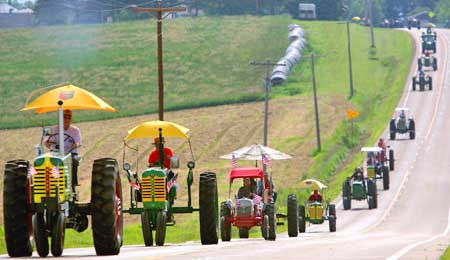 Crazy – over 500 tractors go on joyride!